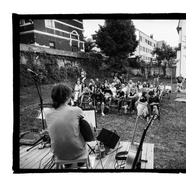 8 - Troj~koncert v záhrade Skuteckého: Juraj Havlík, Secret Session, Clube de ESQUIAR
