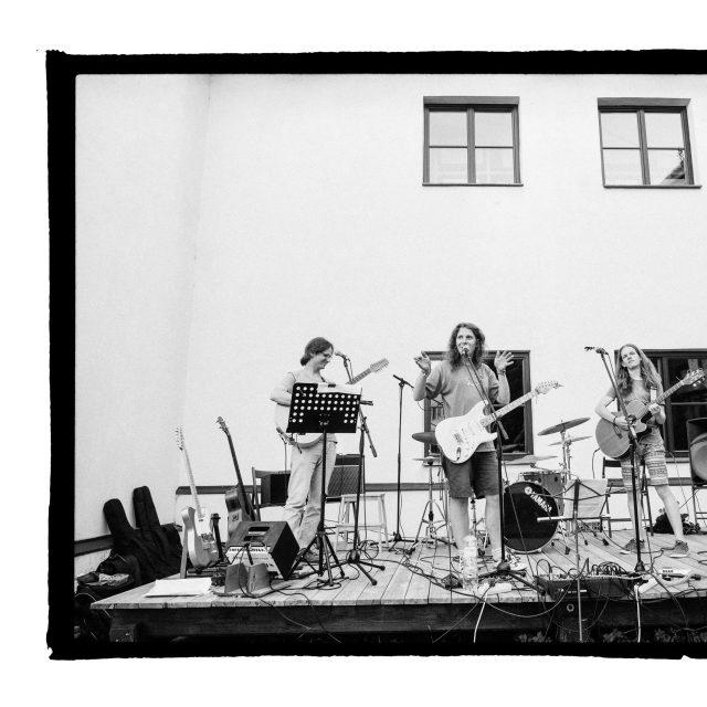 17 - Troj~koncert v záhrade Skuteckého: Juraj Havlík, Secret Session, Clube de ESQUIAR