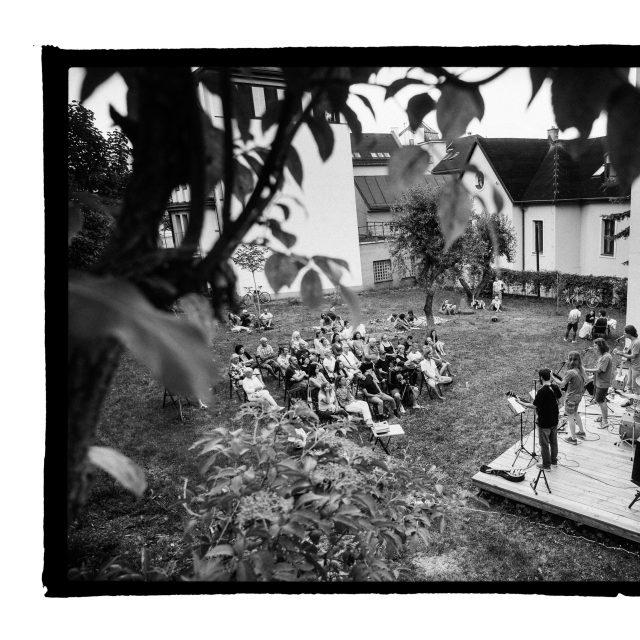 21 - Troj~koncert v záhrade Skuteckého: Juraj Havlík, Secret Session, Clube de ESQUIAR