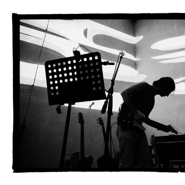 37 - Troj~koncert v záhrade Skuteckého: Juraj Havlík, Secret Session, Clube de ESQUIAR